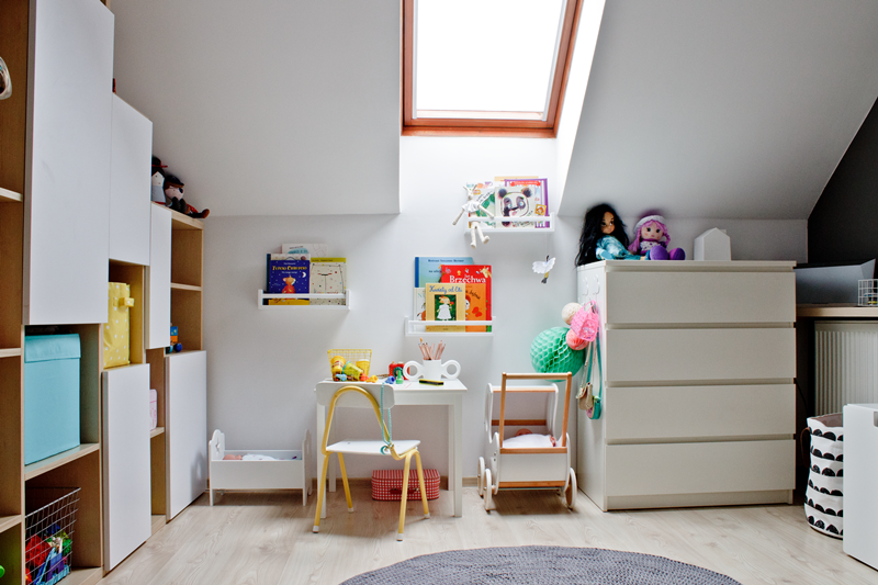 pokój trzylatki, pokój dziecka, kolorowy pokoik, ikea, krzesełko retro, drewniany wózek dla lalek, półki na książki w pokoju dziecięcym, dziergany dywan