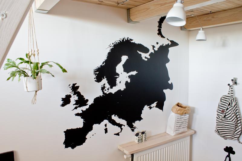 naklejka ścienna, mapa Europy na ścianie, naklejka tablicowa, przedpokój, wisząca doniczka, makrama, antresola, drewno we wnętrzu, drewniana antresola, bielone drewno, hall, drzwi wejściowe